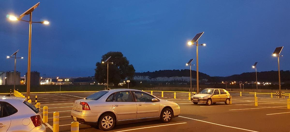 Автономне вуличне освітлення на парковці